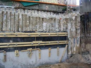 Сооружение ограждающей стены из буровых свай